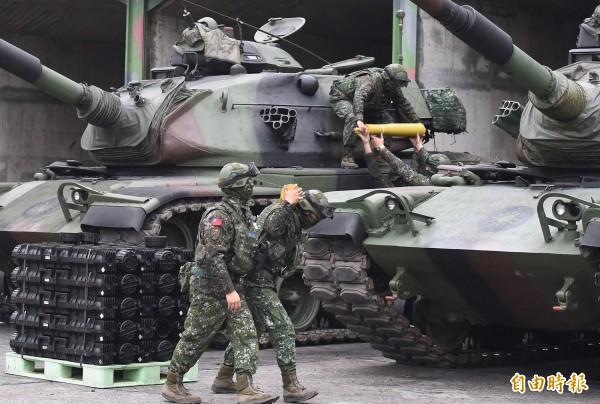 模擬野戰搶修與防油彈整補。(記者廖振輝攝)