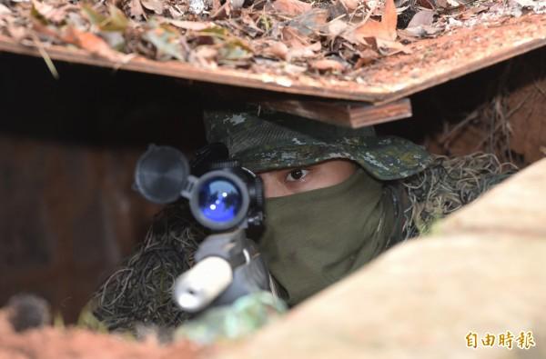模擬狙擊手在碉堡內偽裝待命。(記者廖振輝攝)