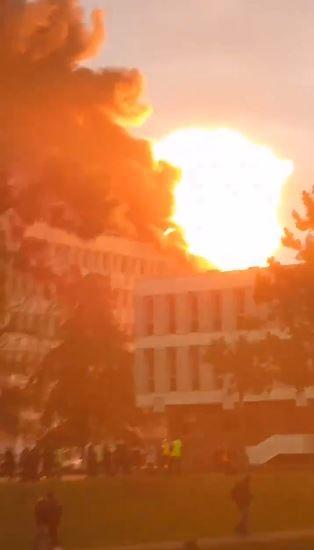 法國知名學府里昂大學(University of Lyon)在當地時間今日(1月17日)早上9點因為施工疏失發生火災與爆炸意外,至少造成3人受傷。(圖擷取自twitter)