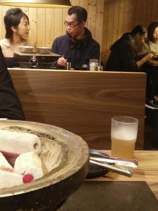 鄧佳華與裸模共用晚餐,立刻成為網友茶餘飯後話題。(圖擷取自爆廢公社)