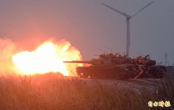 國軍108年春節加強戰備,第5作戰區進行聯合反登陸作戰實彈射擊操演,M60A3戰車進行火砲射擊。(記者廖振輝攝)