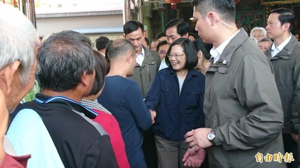 蔡英文(中)受到民眾歡迎,跟每人握手。(記者楊金城攝)
