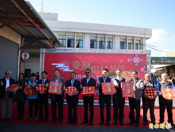 農委會在東勢果菜市場召開台灣柑橘外銷2019啟航記者會,農委主秘張致盛(左6)表示,台灣去年農產品外銷是過去20年來最高,達54.7億美金,相當於1600多億台幣。(記者歐素美攝)