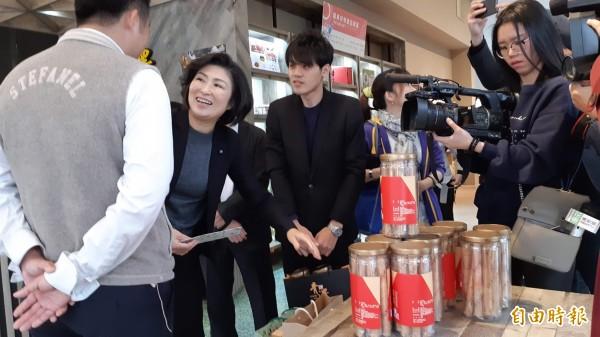 台東縣長饒慶鈴參觀紅藜產品。(記者黃明堂攝)