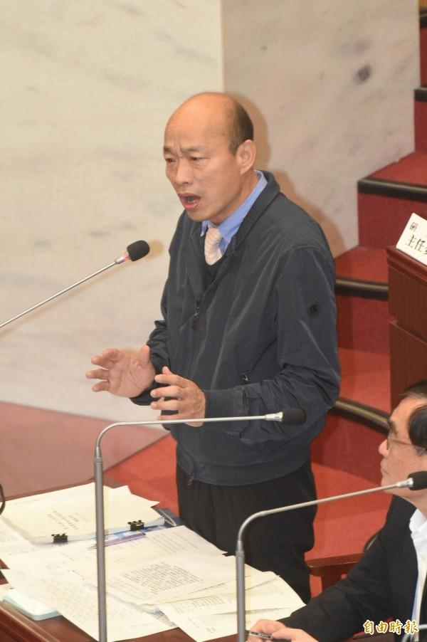 韓國瑜要求領高雄市政府薪水的公務人員,若議會有需求,都要到議會備詢;老師砲轟,任教10多年來從沒聽說老師要被公開審問,此例一開「無疑是政治黑手伸進校園。」(資料照)