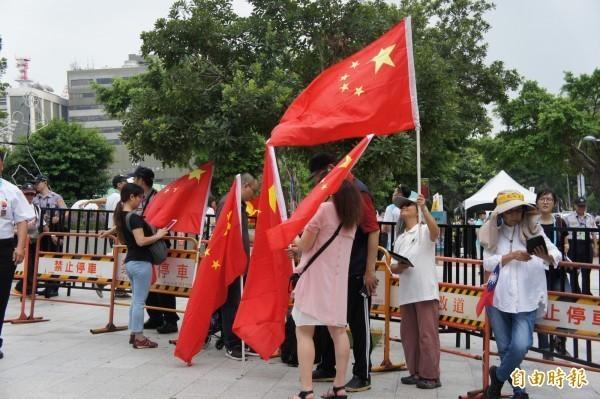 台灣常出現一群拿著中國五星期的人,在西門町、101大樓等鬧區招搖吶喊,甚至播放中國國歌「義勇軍進行曲」。(資料照)