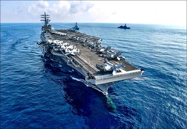 軍方官員分析指出,航空母艦打擊群需要廣大的海域才能展開作戰,因此派出航艦通過狹窄的台海,其實是美國的一個政治宣示,要中國當局不要蠢動。圖為雷根號航空母艦。(取自美軍第七艦隊臉書)
