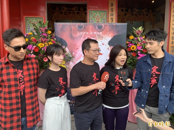 電影《寒單》將於23日上映,劇組人員今天回到拍攝地台東玄武堂表達感謝之情。(記者張存薇攝)