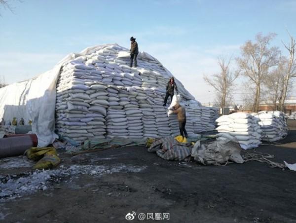 中國強迫勞動案的52名被害者,每天都得在建築工地、工廠工作12小時,若不小心累倒還會被監工用鐵棍毆打。(圖擷取自微博)
