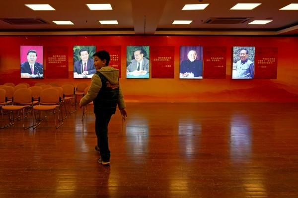 感恩主席讚嘆主席;中國在西藏推行脫貧政策,宣稱幫助貧困的西藏人住進政府出錢蓋的新房,而西藏人為了感謝「毛澤東解放藏區」並感恩「習主席幫助他們脫貧」,自願在家裡掛上兩人的肖像照膜拜。示意圖。(路透)