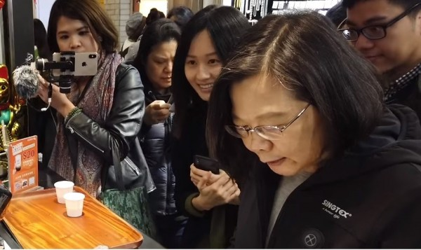 林鶴明表示,總統臉書主要管理者是兩位8年級女生連翊婷(左2)與陳思吟(左1)。(圖擷取自蔡英文臉書)