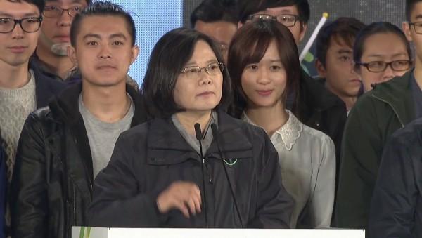 在2016年1月15日總統大選的選前之夜蔡英文致詞時,連翊婷因為站在總統背後意外曝光,引發鄉民暴動。(圖擷取自YouTube)