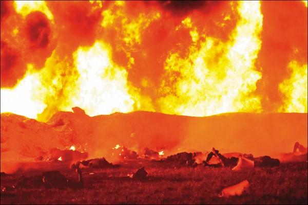 爆炸現場火勢猛烈,四周散布多具屍體。(法新社)