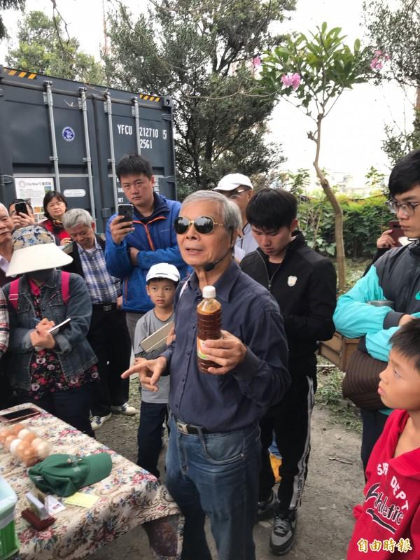 陳世雄說,廚餘加益生菌就不會臭。(記者顏宏駿攝)