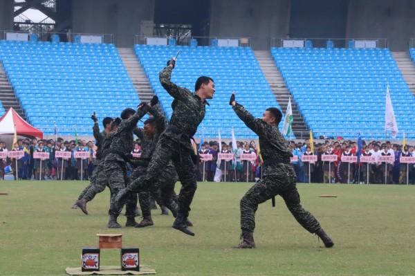 高雄市中等學校運動會今在高雄國家體育場開幕,由海軍陸戰隊學校莒拳隊氣勢磅礡的莒拳揭開序幕。(圖由教育局提供)