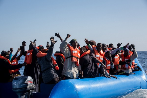 2艘難民船在地中海沉沒,估計約有170人罹難。圖為另一批被救出的難民。(法新社)