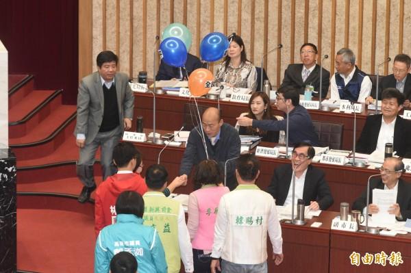 日前高雄市長韓國瑜赴議會接受質詢,被問12條政見4年內能做到幾條?韓國瑜坦承僅路平、愛情產業鏈2項沒問題。(資料照)