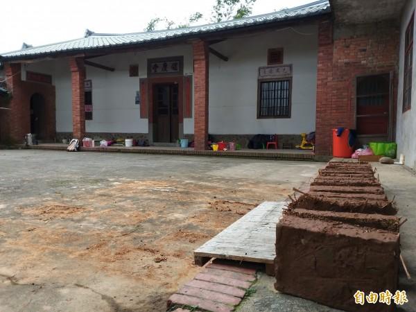 竹東鎮員山社區的一棟老屋「餘慶堂」,是一座保存尚稱良好的泥磚屋。(記者廖雪茹攝)