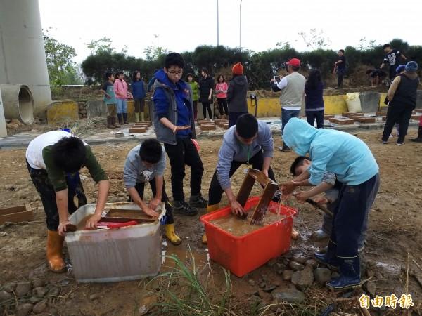 新竹縣青少年社規師成長營分3個梯次,規畫了一系列修老屋的課程,從做泥磚開始、夯土牆、到修屋頂。(記者廖雪茹攝)