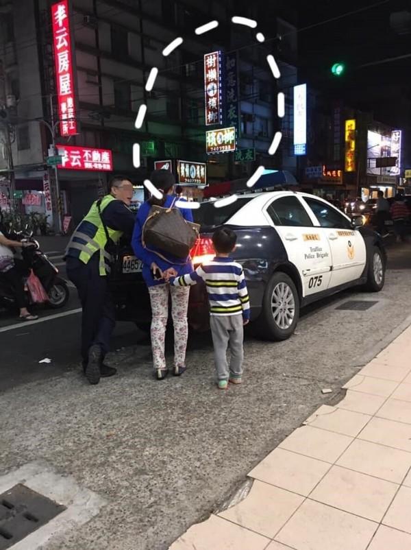 媽媽開車載著兒子出車禍,原因竟是後方檳榔店招牌太搶眼。(圖擷取自爆怨公社)