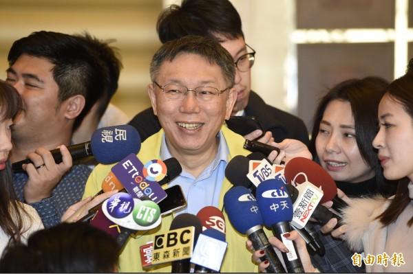 台北市長柯文哲21日出席國際扶輪 3523 地區歲末寒冬送暖-獨居長者圍爐餐會,離去時接受媒體訪問。(記者叢昌瑾攝)