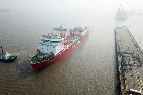 中國南極探測船「雪龍號」今(21)日受濃霧影響撞上南極冰山,當局指出,目前人船安全。(資料照,法新社)