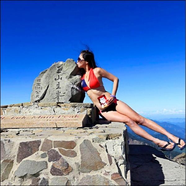 在登山界素有「比基尼登山客」之稱的女山友吳季芸,不慎墜落山谷,搜救人員今天中午尋獲吳季芸,無生命跡象。(圖:取自Gigi Wu臉書)