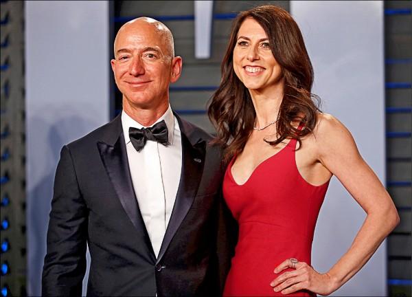 樂施會最新報告指出,全球前二十六大富豪所擁有的財富,相當於全球最貧困半數人口(約三十八億人)的全部財富,敦促各國政府向富人增稅,以遏阻貧富不均日益加劇。圖為全球首富、亞馬遜公司執行長貝佐斯(左)與妻子瑪肯西。兩人已於本月初宣布離婚。(路透檔案照)