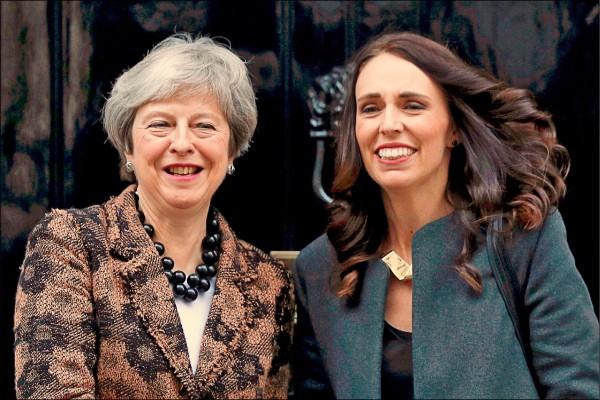 英國首相梅伊(左)二十一日在唐寧街十號官邸,迎接來訪的紐西蘭總理阿爾登(Jacinda Ardern)。(法新社)