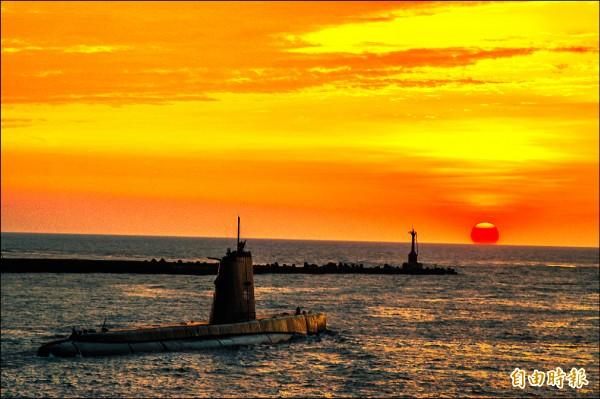 台船執行海軍茄比級「海獅」潛艦深度大修,歷經兩年後妙手回春,高齡70歲的「海獅」老驥伏櫪,已返回部隊並可繼續服役10年以上。(記者張忠義攝)