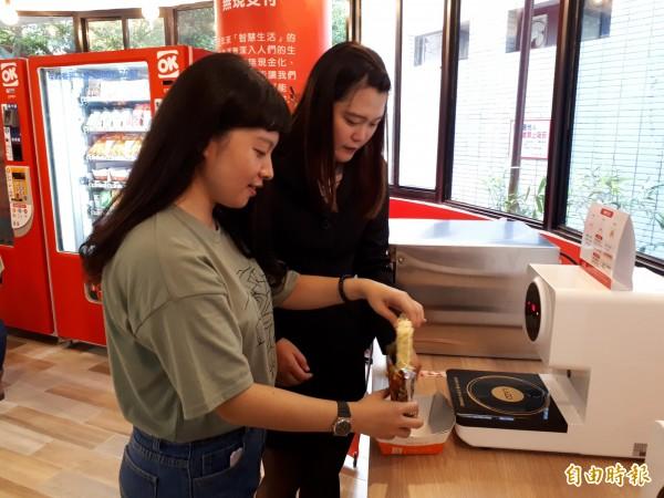 新竹市中華大學的學生宿舍內,提供便利的服務,包括無人智慧商店和各種餐點,讓住宿學生也能享有跟外面租屋同樣的方便性。(記者洪美秀攝)