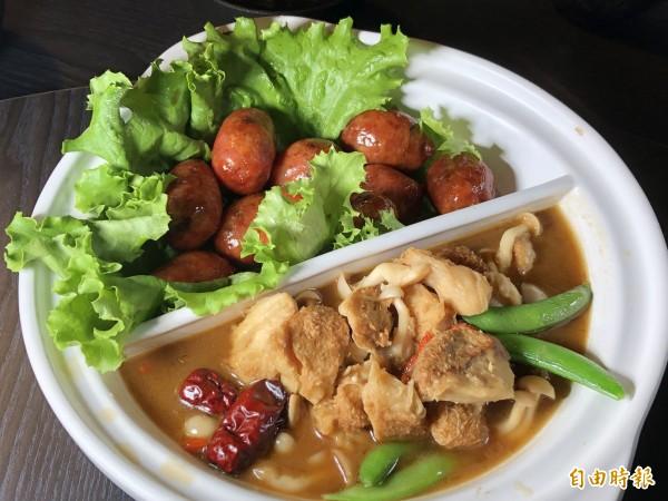 菇神雙拼,百菇一口腸及麻香猴頭菇。(記者歐素美攝)