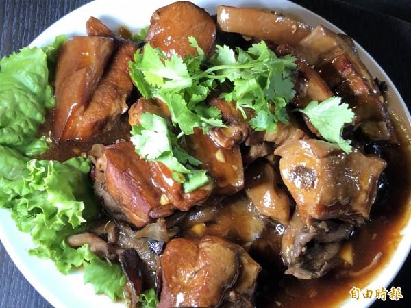 菇神的爌肉下面墊菇類,與眾不同。(記者歐素美攝)