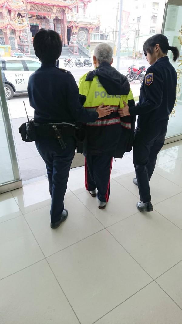 林翁原本很著急,要替幼兒園的兒子買藥,最後警方告知林翁兒子已經40多歲,讓林翁反應不過來,反問「那我太太呢?」(記者王捷翻攝)
