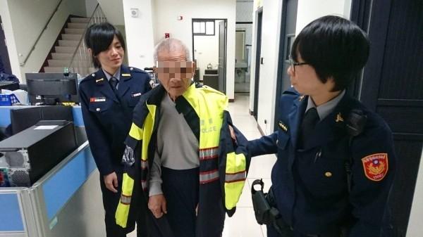 女警不忍告知林翁妻子已經過世,脫下制服外套讓他保暖。(記者王捷翻攝)