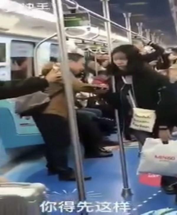 電聯車大叔向電話那頭的人說:「你得先這樣」,聲量大已引起旅客注意。(翻攝臉書爆笑公社)