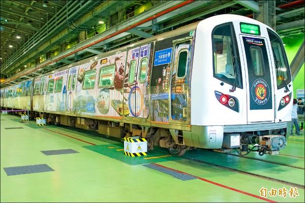 阪神電鐵在桃捷普通車廂上設計彩繪關西地區著名景點。(記者魏瑾筠攝)