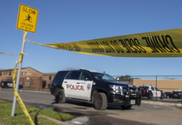 美國德州一處民宅遭5名竊嫌闖入,屋主持槍將5人轟到3死2傷。德州警察示意圖。(美聯社)