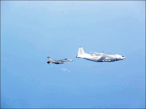 中國軍機再度現蹤巴士海峽。圖為我國戰機監偵中國運八軍機的資料照片。(國防部提供)