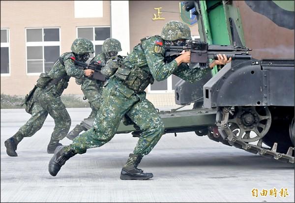 陸軍花防部官兵在總統視察時實施攻擊演練,使用的正是T-91戰鬥步槍。 (記者游太郎攝)