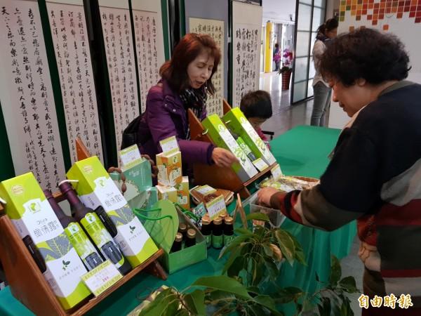 台南農村優良農特產品創意多元,好吃好用,南市農業局今邀農村社區推薦,提供民眾年節伴手新選擇。(記者王涵平攝)