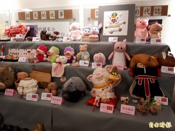 新竹市進益摃丸文化會館26日起到2月10日舉辦「萬豬博覽會」,有50多個國家,1000多種豬造型的藝術品,館長葉聰敏將15年來的收藏品跟大家分享,只要學豬叫,就可免費參觀各國名豬。(記者洪美秀攝)