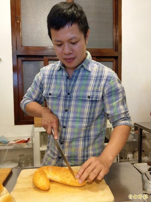 平烈偉從愛吃麵包、愛做麵包,進而開店分享自己喜歡的手作麵包。(記者劉婉君攝)
