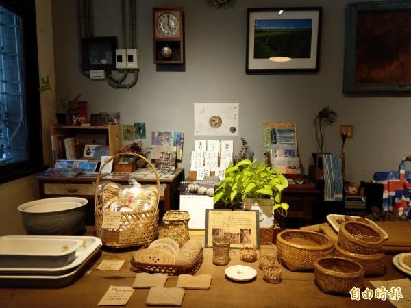 店內也展售來自社區與聚落的好物,以及職人的工藝作品。(記者劉婉君攝)