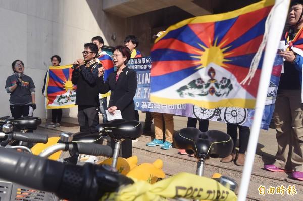 西藏台灣人權連線延續過去幾年的行動,23日發起「2019為西藏自由而騎 Cycling for a Free Tibet」活動,該連線理事長札西慈仁(右二)和夥伴希望藉由這個活動,展現藏人的意志,也期待讓台灣的民眾更了解西藏議題。(記者廖振輝攝)