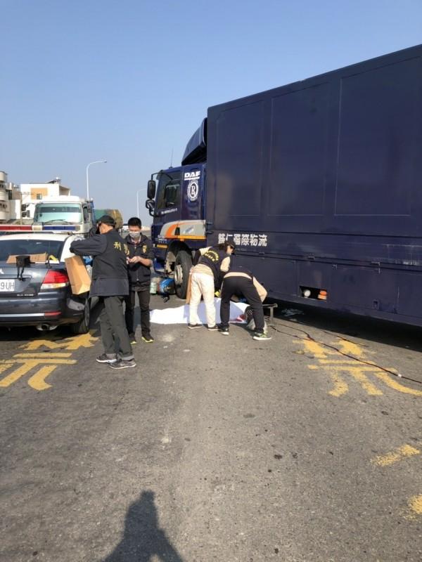 台南市觀海橋前發生一起死亡車禍。56歲楊姓女子騎機車載86歲母親,與物流車發生碰撞後雙亡。(記者王捷翻攝)