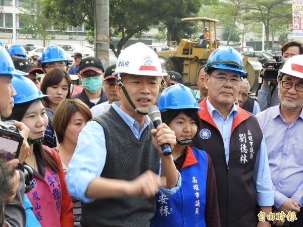 高雄市長韓國瑜21日率領副市長李四川視察鳳山區中崙二路的刨鋪工程時,工務局養護工程處稱中崙二路自民國84年以來就沒有重新刨鋪過。(資料照)