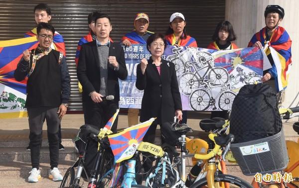 西藏台灣人權連線23日發起「2019為西藏自由而騎」活動,該連線理事長札西慈仁(左一)和夥伴希望藉由這個活動,展現藏人的意志,也期待讓台灣的民眾更了解西藏議題,時代力量立委林昶佐(左二)、民進黨立委尤美女(左三)也到場聲援。(記者廖振輝攝)