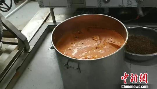 中國四川警方先前破獲1個地下集團,近2年內超過130公噸的火鍋湯底油被回收加工製成湯料,重新供客人食用。(圖擷取自《中新網》)