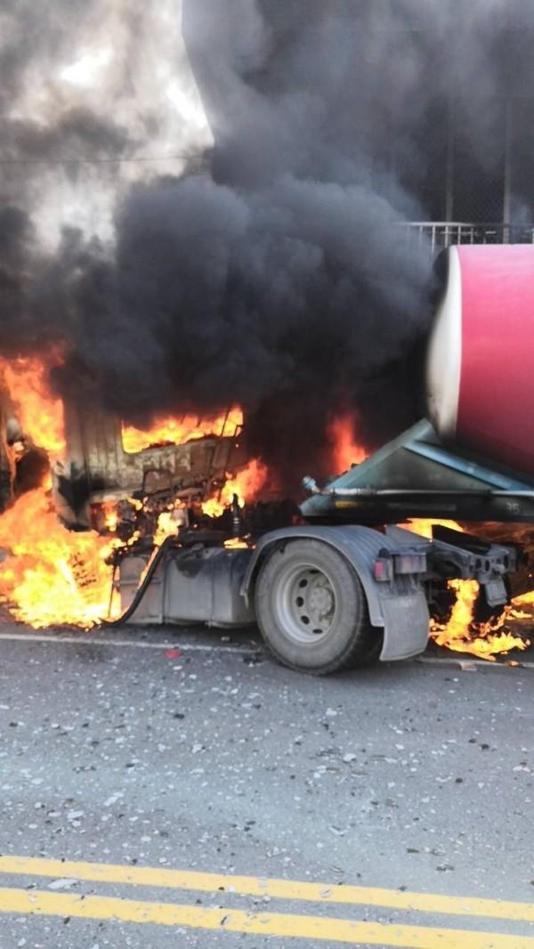 混凝土攪拌車撞入民宅,車頭當場爆炸燃燒。(記者黃佳琳翻攝)